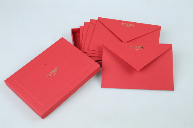 CELINE以優雅的信封袋剪裁打造鼠年紅包袋,尺寸相當特別,簡單書寫品牌CELINE字樣,加上極簡約的紅色,也是品牌俐落精神。記者/許正宏攝影