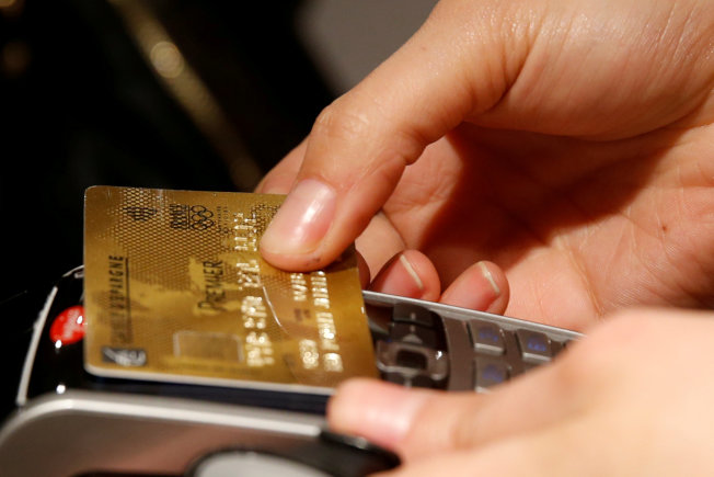 信用評分計算方式的改變,恐讓許多美國人更難獲得貸款。(路透資料照片)