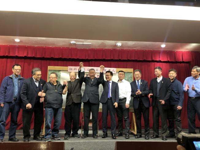 中華公所23日晚間,於公所中山紀念堂舉行下屆主席選舉,于金山(左四)以61票當選候任主席。(記者顏嘉瑩/攝影)