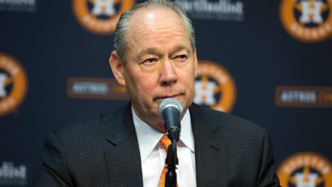 克蘭在記者會宣布開除總經理與總教練。(美聯社/休士頓紀事報)
