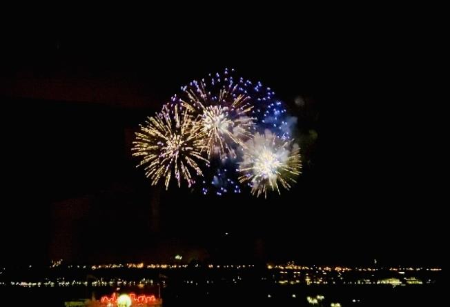 紐約中領館的鼠年焰火表演盛大揭幕,璀璨焰火照亮哈德遜河。(記者鄭怡嫣/攝影)