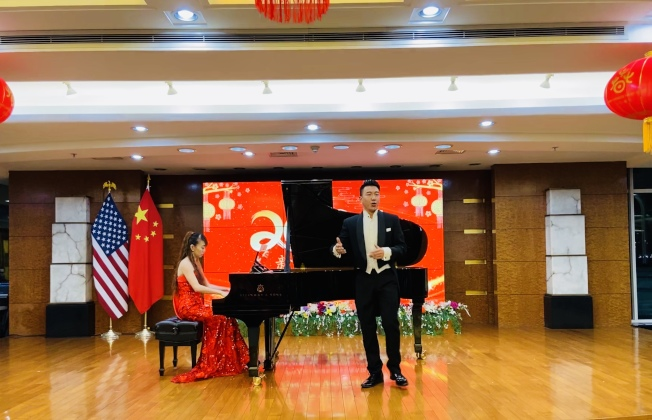 紐約中領館人員在焰火晚會上進行新春文藝表演。(記者鄭怡嫣/攝影)