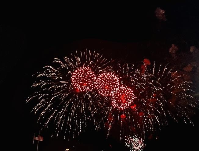 紐約中領館的鼠年焰火表演盛大揭幕,璀璨焰火照耀夜空。(記者鄭怡嫣/攝影)