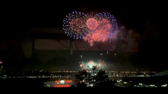 中國駐紐約總領事館23日舉辦新春招待會暨焰火晚會,璀璨焰火照亮哈德遜河。(記者鄭怡嫣╱攝影)