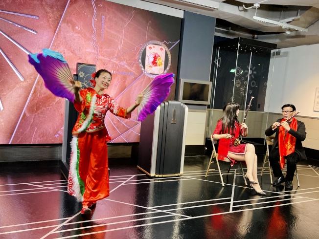 帝國大廈農曆新年點燈儀式上,有中國舞蹈表演。(記者鄭怡嫣/攝影)
