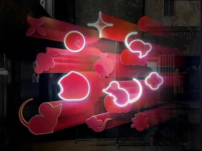 帝國大廈鼠年櫥窗展覽—「鼠兆豐年喜迎春」。(記者鄭怡嫣/攝影)