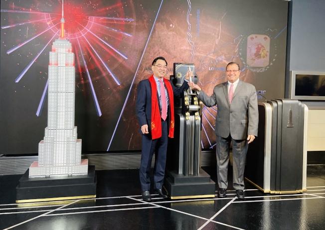 黃屏在帝國大廈與加齊一起拉閘點燈、慶賀農曆新年。(記者鄭怡嫣/攝影)