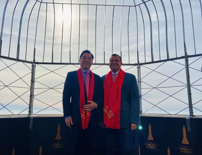 黃屏與加齊在帝國大廈86層的觀景台上慶祝農曆新年。(記者鄭怡嫣/攝影)
