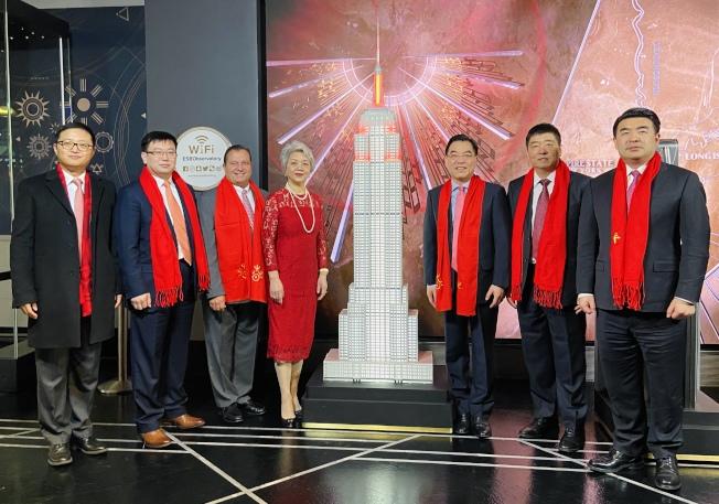 黃屏及紐約中領館人員出席帝國大廈的農曆新年點燈儀式。(記者鄭怡嫣/攝影)