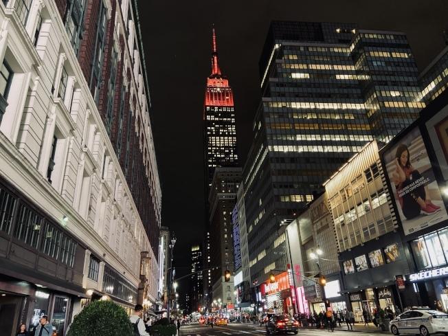 帝國大廈位農曆新年點亮中國紅。(本報檔案照)