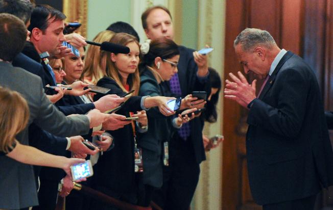 民主黨籍參院少數黨領袖舒默(右)向媒體說明彈劾案審理進展。(路透)