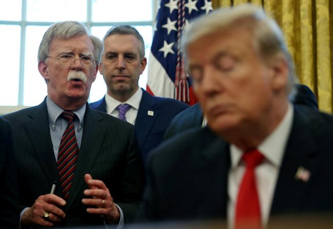 川普總統(右)欲藉行政手段來阻止前國安顧問波頓(左)到參院作證。(路透)