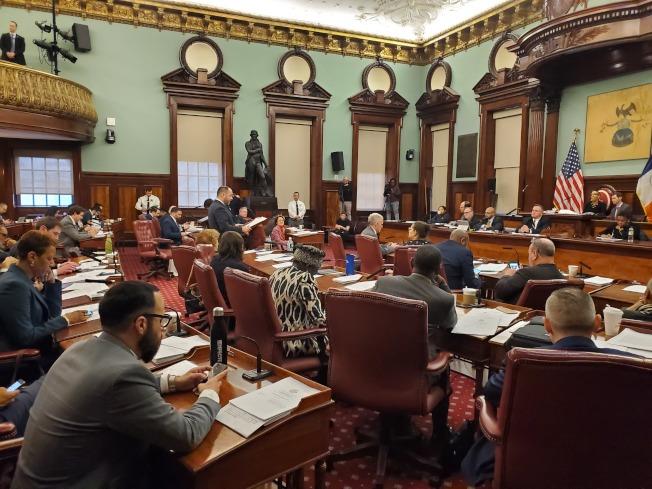 市議會23日舉行全體會議通過法案,禁止全市餐館和零售店拒收現金。(記者和釗宇/攝影)