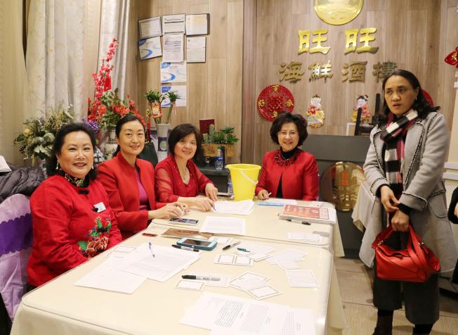 負責報到工作的中國商會成員。(記者張蕙燕/攝影)