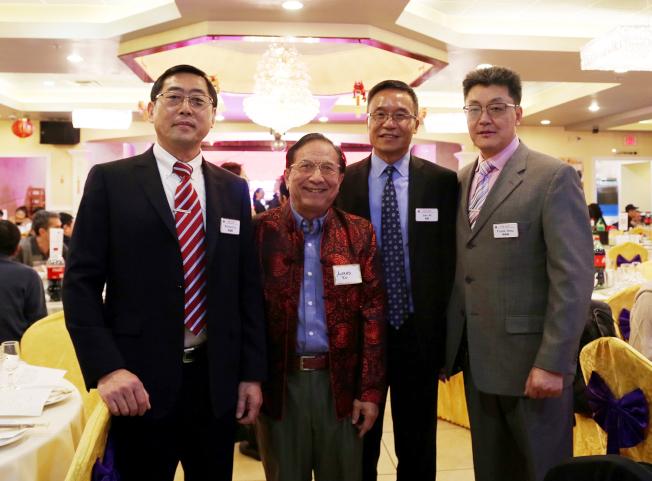 中國商會會長倪健(左三)、副會長李雁翔(左)和周奇峰(右)及圓愛活動中心負責人尹茂達。(記者張蕙燕/攝影)