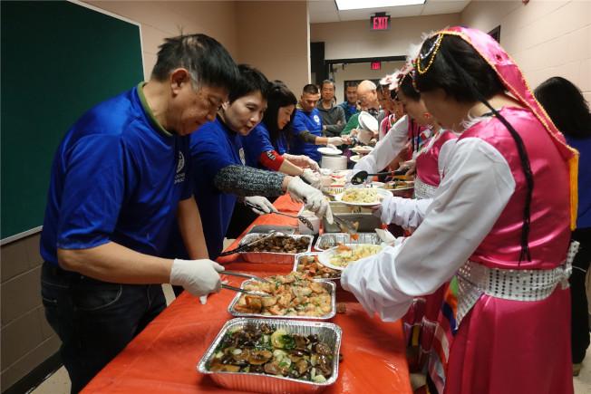 來自新澤西福建同鄉會的義工為與會者分餐。(記者謝哲澍/攝影)