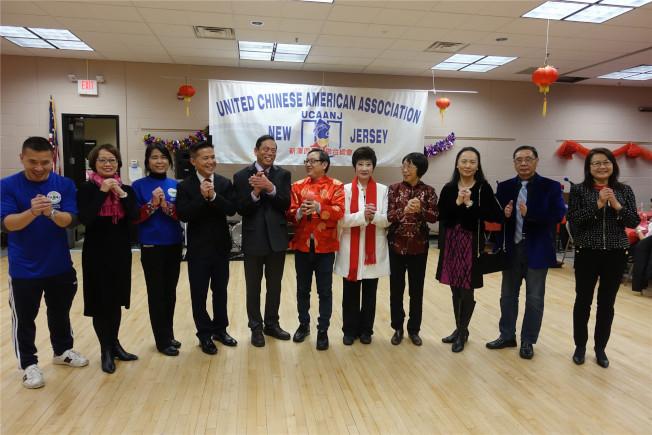 總會主席林潔輝(右五)與新澤西福建同鄉會成員向華社拜年。(記者謝哲澍/攝影)
