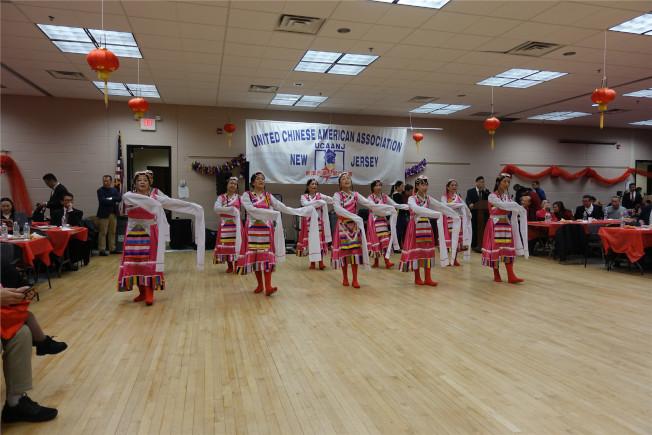 聖名醫院華裔部民族舞「天路」。(記者謝哲澍/攝影)
