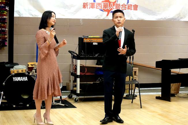 新澤西福建同鄉會郭洪寶(右)、吳韞青對唱。(記者謝哲澍/攝影)