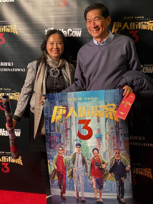 「唐人街探案3」22日在蒙特利公園市AMC舉辦首映,部分觀眾幸運看到影片並獲得海報和紅包袋,但隨後宣布電影調檔。(記者馬雲/攝影)
