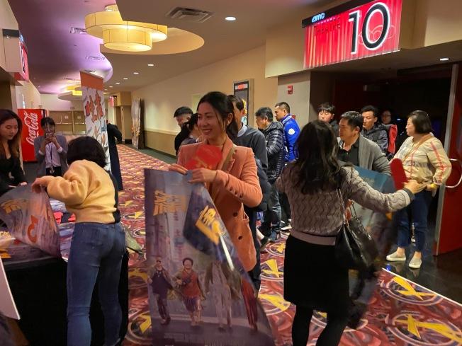「唐人街探案3」22日在蒙特利公園市AMC舉辦首映,部分幸運觀眾看到影片並獲得海報和紅包袋,但隨後宣布電影調檔。(記者馬雲/攝影)