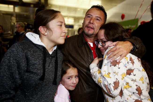 瓜地馬拉移民阿瑞當多(中)被迫與家人分開後,重返美國在洛杉磯機場與家人團聚。(美聯社)