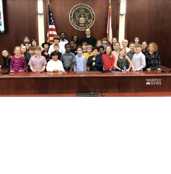 佛州女教師斯摩爾(後排中)宣誓入籍,她教過的小學生開心到場觀禮。(NBC)