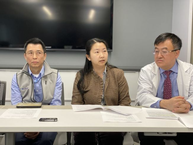 醫生伍賢漢(左起)、顧亢霞與姚江林,講解如何預防武漢肺炎病毒。(記者牟蘭/攝影)