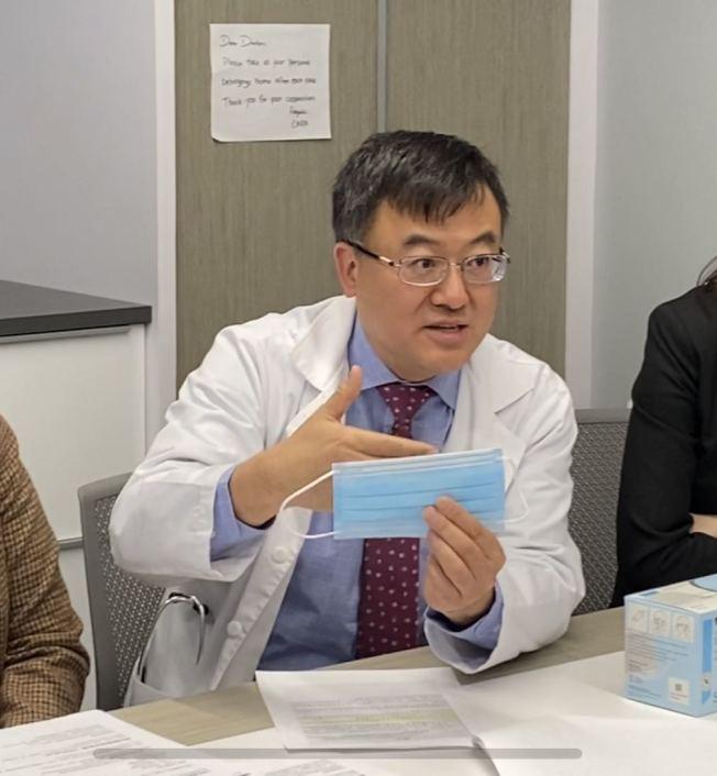 姚江林醫生講解如何正確配戴口罩。(記者牟蘭/攝影)