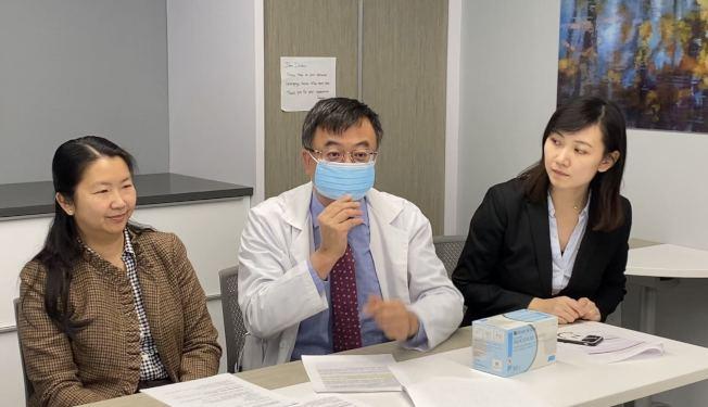 姚江林醫生(中)表示,正確使用普通的醫用口罩,也可以阻擋肺炎病毒。(記者牟蘭/攝影)