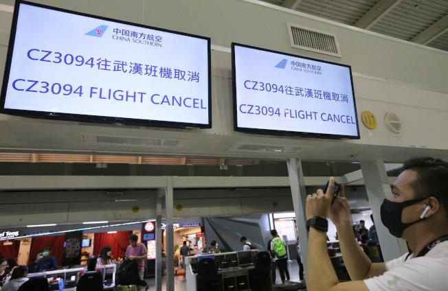 武漢肺炎疫情擴大,23日從武漢到台灣高雄的南方航空班機取消,航空公司打出公告,櫃台前空蕩蕩。(記者劉學聖/攝影)
