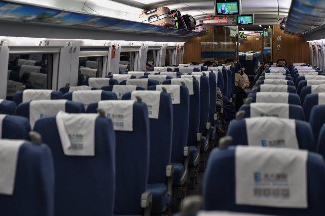 封城防疫前,從上海開往武漢的春運列車上,乘客人數不多且都戴上口罩,與以往春節前列車班班客滿的情況完全不同。(Getty Images)