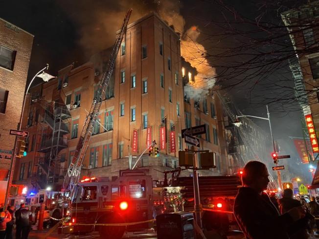 曼哈頓華埠茂比利街大樓23日晚突發大火,消防人員在現場撲救。(記者金春香/攝影)