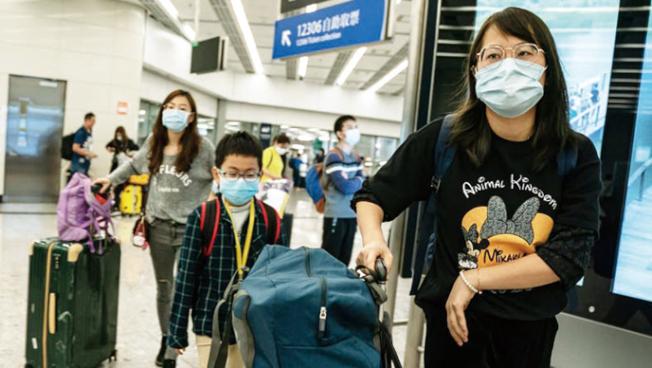 灣區阿拉米達縣衛生局23日證實已對約10名「從武漢回來又出現發燒現象的病人」,進行武漢肺炎病毒的檢驗,看他們有沒有感染到有關病毒。圖為金山機場一些戴上口罩的中國旅客。(電視新聞截圖)