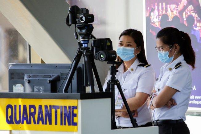 武漢肺炎疫情蔓延,菲律賓民航官員今(24日)表示,將於今晚、明天和27日,分3批送返近500名來自武漢的旅客。 路透