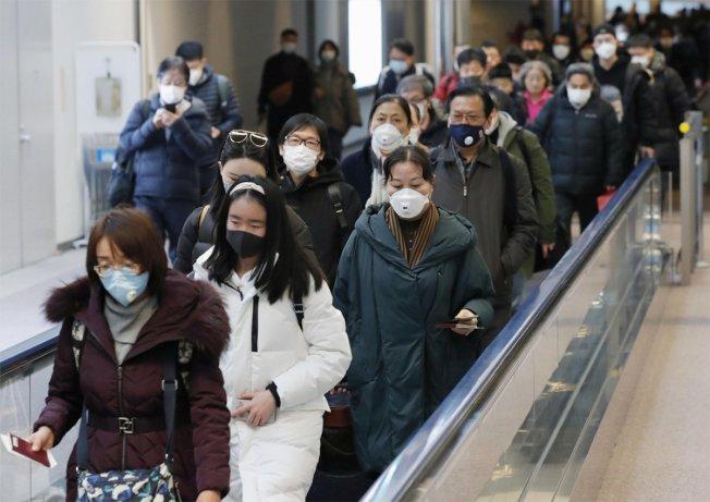 圖為從中國武漢出發的乘客,抵達日本千葉成田機場。美聯社