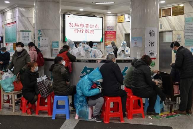 圖為在武漢紅十字醫院病患們在等候就醫。Getty Images