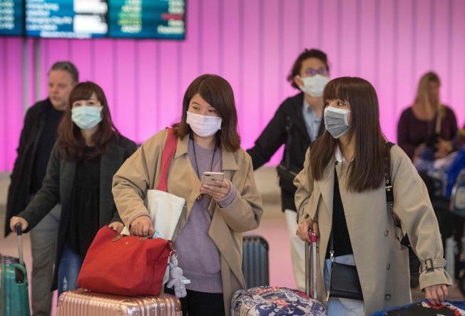 武漢肺炎疫情持續蔓延,美國境內也出現第2例確診病例。圖為在洛杉磯國際機場旅客都戴上口罩。Getty Images