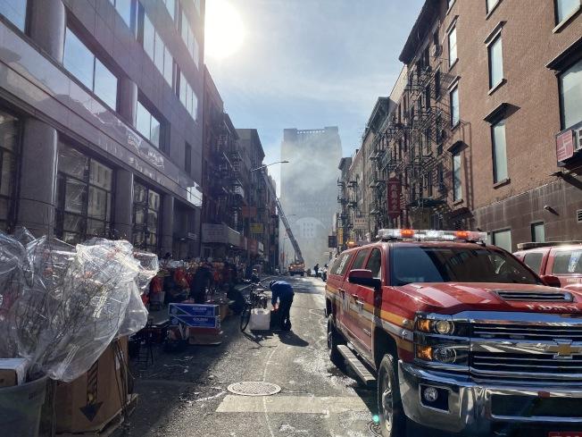 24日下午火災發生街道仍濃煙密布。(記者金春香/攝影)