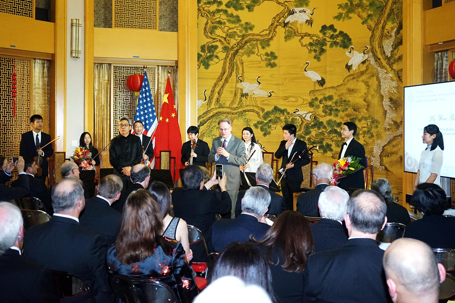 休士頓交響樂團執行總裁約翰曼古姆(站立者右五)祝賀中國農曆春節快樂。(記者賈忠/攝影)