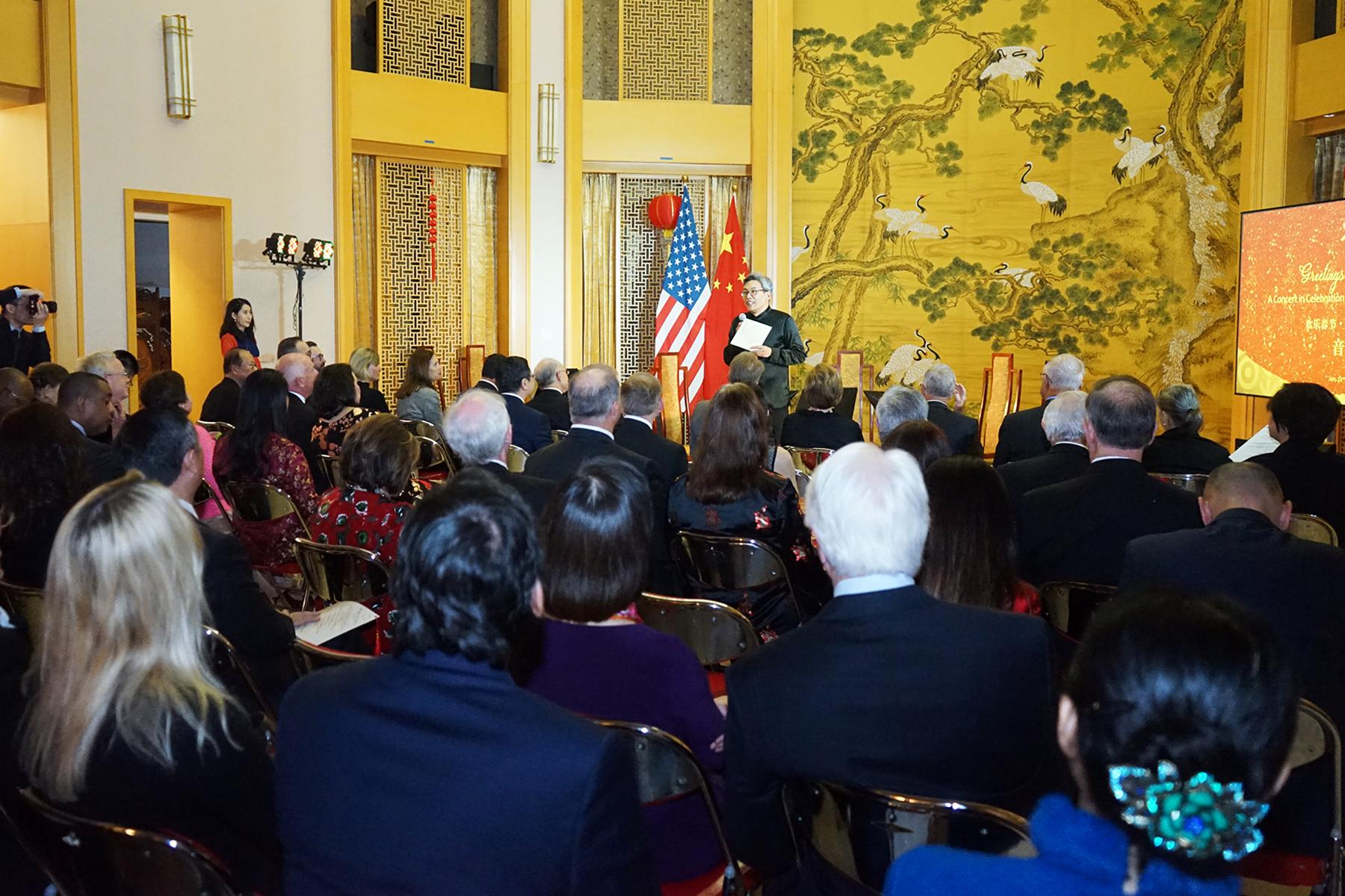 中國駐休士頓總領事蔡偉(站立者)向來賓表示新春問候。(記者賈忠/攝影)