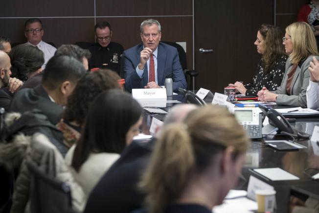 市長白思豪24日與相關部門開會討論疫情應對方案。(市長辦公室提供)