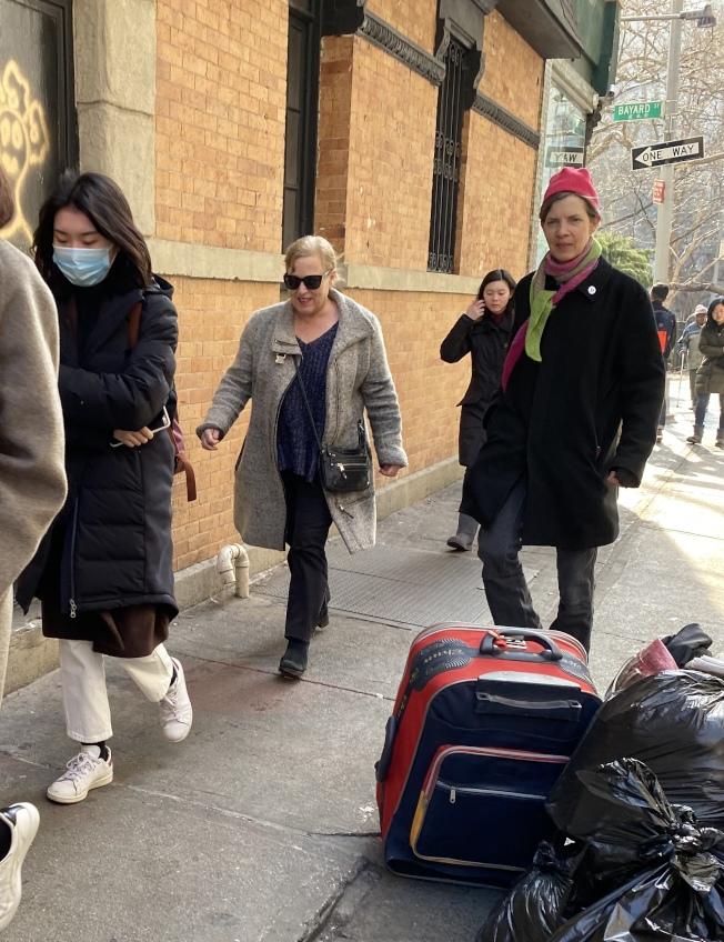 紐約華埠街頭已有人開始佩戴口罩。(記者金春香/攝影)