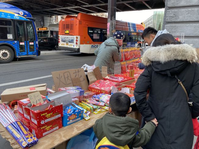 法拉盛街头有商贩私自售卖烟花。(记者牟兰/摄影)