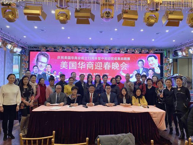 鄧龍(前排左三)表示,2月9日將舉辦「美國華商迎春晚會」,演出所得將捐贈給武漢。(記者牟蘭/攝影)