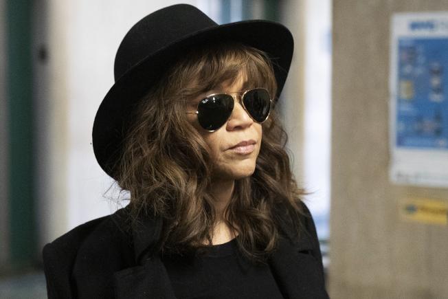 好萊塢製片溫斯坦遭控性騷與性侵案繼續審理,影片「為所應為」女星蘿西裴瑞茲24日出庭作證。(美聯社)