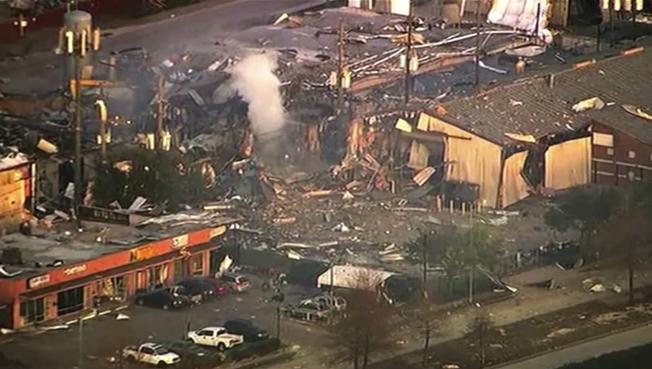 休士頓一座倉庫24日清晨發生強烈爆炸,倉庫被夷為平地,至少兩人喪生。圖為爆炸現場。(美聯社)