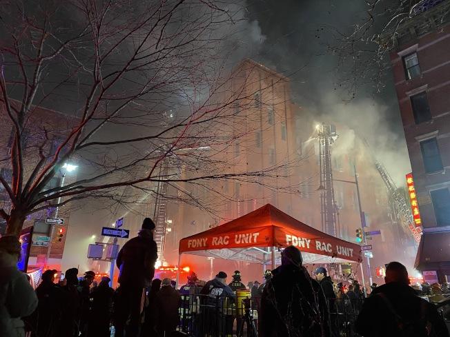 茂比利街70號周邊濃煙密佈。(記者金春香/攝影)
