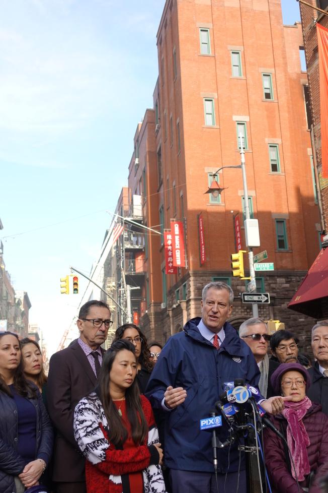 白思豪慰問華社,表示會保證樓宇重建,繼續供社區使用。(記者金春香/攝影)