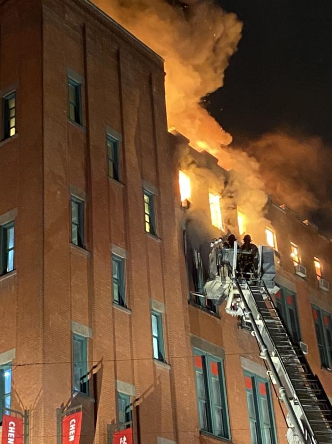 曼哈頓華埠茂比利街大樓23日晚大火燒穿屋頂。(記者金春香/攝影)